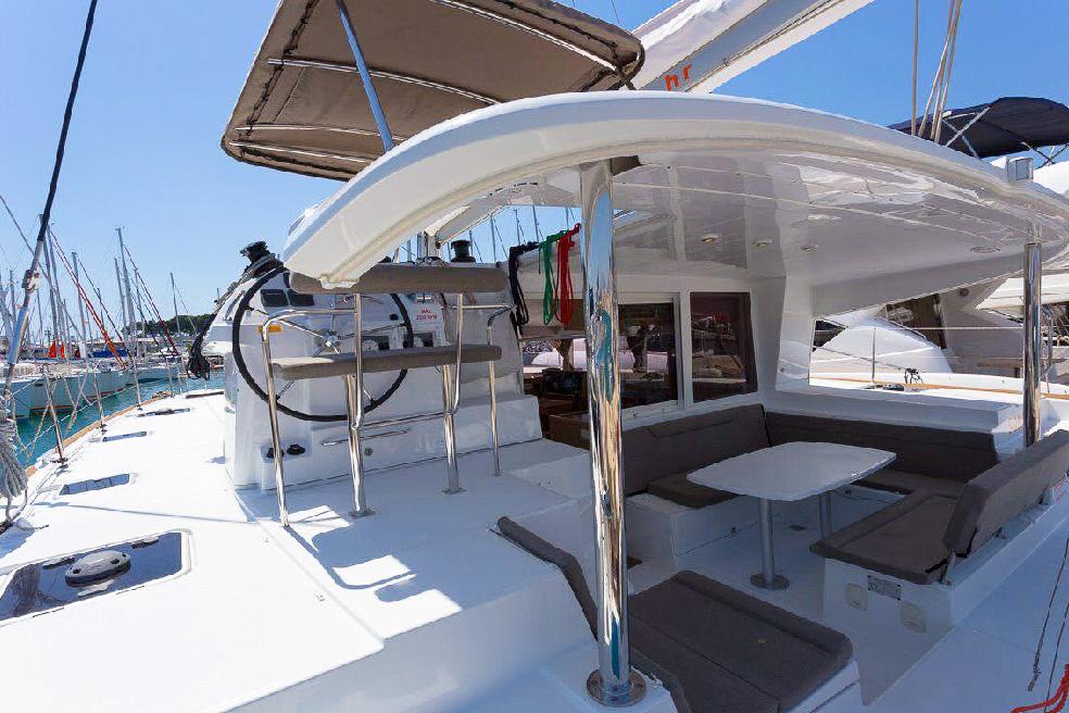 Catamaran Lagoon 400 in ibiza 4